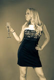 Eine junge Frau in einem Schwarzweiss-Kleid lizenzfreie stockfotos