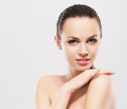Eine junge Frau in einem Tuch, nachdem ein Bad genommen worden ist Stockfotografie
