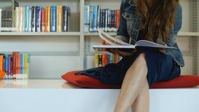 Eine junge Frau in einer öffentlichen Bibliothek stockfotos