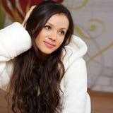 Eine junge Frau in einer weißen Robe Stockbild