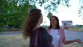Eine junge Frau in Erwartung eines frohen gorgeousity mit ihrer Freundin stock footage