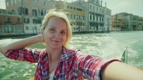 Eine junge Frau fotografiert sich vor dem hintergrund der Gebäude auf einem Kanal in Venedig Tourismus in Italien stock video footage