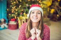 Eine junge Frau genießt ihr Weihnachtsgeschenk Glückliches Einkaufenmädchen auf weißem Hintergrund stockbild