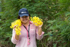 Eine junge Frau so glücklich in Songkran-Festival oder in thailändischem neues Jahr ` s f Stockfoto