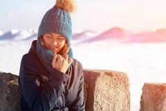 Eine junge Frau im warmen Mantel stockfotografie