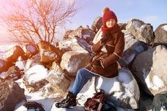 Eine junge Frau im warmen Mantel stockfoto