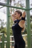 Eine junge Frau, 20-29 Jahre, Lächeln froh, Eignungskleidung, ihr Haar binden, lizenzfreie stockbilder