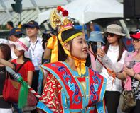 Eine junge Frau kleidete in einem festlichen gebürtigen Kostüm an Lizenzfreies Stockfoto