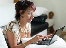 Eine junge Frau mit einem Notizbuch Lizenzfreie Stockfotos