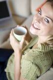 Eine junge Frau mit ihrem Laptop Lizenzfreies Stockfoto
