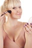Eine junge Frau mit Pinsel und Spiegel Stockfotos