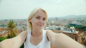 Eine junge Frau photographes selbst gegen das cityspace von Graz in Österreich Tourismus in den Städten von Europa stock video