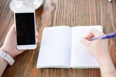 Eine junge Frau schreibt in Café lizenzfreies stockbild