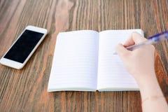 Eine junge Frau schreibt in Café lizenzfreies stockfoto