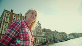 Eine junge Frau segelt auf ein Wassertaxi auf berühmten Grand Canal in Venedig Tourismus in Italien stock footage