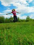 Eine junge Frau springt hoch Lizenzfreies Stockbild