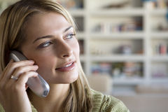 Eine junge Frau am Telefon Stockfotografie