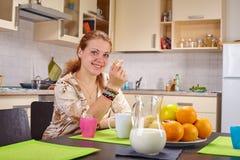 Eine junge Frau am Tisch Stockfoto