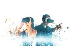 Eine junge Frau und ein junger Mann in den Gläsern der virtuellen Realität werden in Pixel zersplittert Das Konzept von modernen  lizenzfreie stockbilder