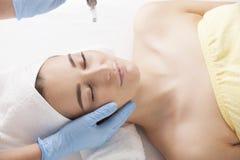 Eine junge Frau während des Verfahrens am Kosmetiker Stockfoto