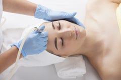 Eine junge Frau während des Verfahrens am Kosmetiker Lizenzfreie Stockbilder