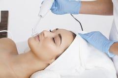 Eine junge Frau während eines kosmetischen Verfahrens Stockfotos