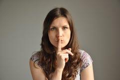 Eine junge Frau zeigt Haschzeichen Lizenzfreies Stockfoto