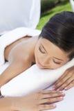 Eine junge Frauen-entspannende Außenseite am Gesundheits-Badekurort Stockfoto