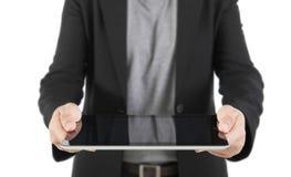 Eine junge Geschäftsfrau, die ihren digitalen Tabletten-PC hält (Fokus auf Th Lizenzfreie Stockbilder