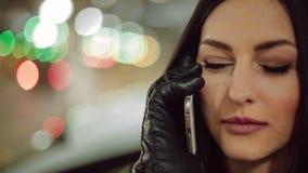 Eine junge Geschäftsfrau, die am Telefon spricht stock footage