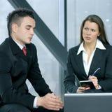 Eine junge Geschäftsfrau interviewt einen Mann Stockfotos