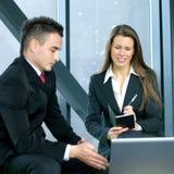 Eine junge Geschäftsfrau interviewt einen Mann Lizenzfreie Stockfotos