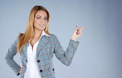 Eine junge Geschäftsfrau zeigt die rechte Methode Lizenzfreie Stockbilder