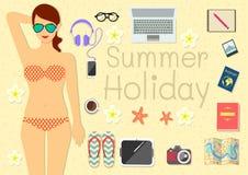 Eine junge hübsche Frau legt auf dem Strand mit ihren Sachen für Sommerferien nieder Lizenzfreie Stockfotografie