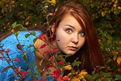 Eine junge hübsche Frau und ein goldener Herbst stockfoto