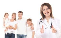 Eine junge kaukasische Familie und ein glücklicher weiblicher Doktor lizenzfreie stockbilder