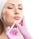 Eine junge kaukasische Frau auf einem botox Verfahren Lizenzfreie Stockfotos