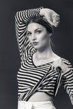 Eine junge kaukasische Frau 20s, 20-29 Jahre, Mode-Modell-Aufstellung Lizenzfreie Stockfotos