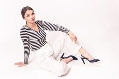 Eine junge kaukasische lächelnde Frau 20s, 20-29 Jahre, Modemodus Stockfotografie
