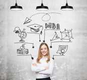 Eine junge lächelnde Dame denkt an MBA-Grad Pädagogisches Diagramm wird hinter sie gezeichnet Ein Konzept der Bildung der weitere lizenzfreie stockfotografie