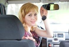 Eine junge lächelnde Frau mit Tasten des Autos Lizenzfreies Stockbild