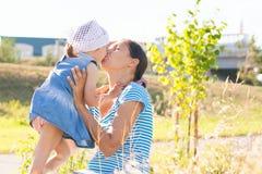 Eine junge Mutter mit einem Kind im Park lizenzfreie stockfotografie
