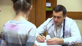 Eine junge Mutter mit einem Kind zum Doktor stock video