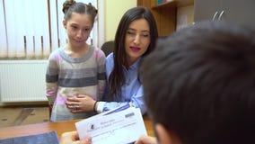Eine junge Mutter mit einem Kind zum Doktor stock footage