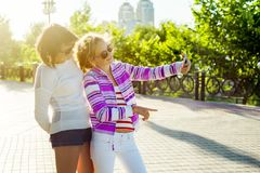 Eine junge Mutter und eine kühle jugendlich Tochter, die fotografiert wird Lizenzfreie Stockfotografie
