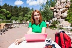 Eine junge red-haired Frau stockfotografie