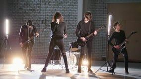Eine junge Rockgruppe der Perspektive, die eine Wiederholung hat stock video footage