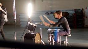 Eine junge Rockgruppe, die eine Wiederholung hat Gitarristen in der schwarzen Kleidung, die ihre Rollen spielt stock video