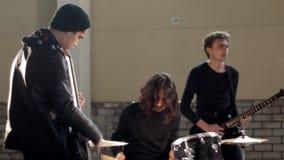 Eine junge Rockgruppe, die zur Wiederholung fertig wird stock footage
