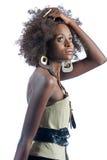 Eine junge schöne schwarze Frau, die ihr Haar drückt Stockbilder